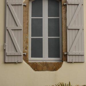 On peut pousser le réalisme d'un trompe l'œil sur fenêtre murée en ajoutant de vrais volets.