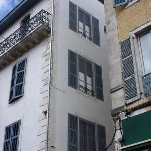 Les fenêtres fictives se fondent avec la nouvelle façade