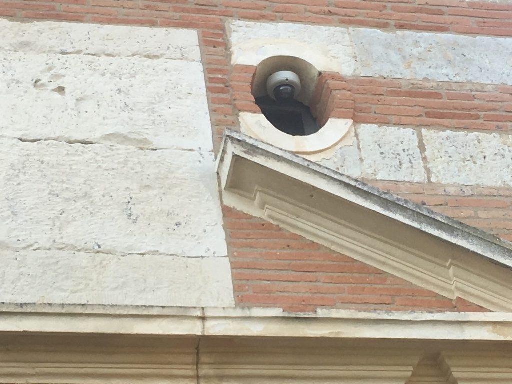 Caméra de surveillance dans une niche murale