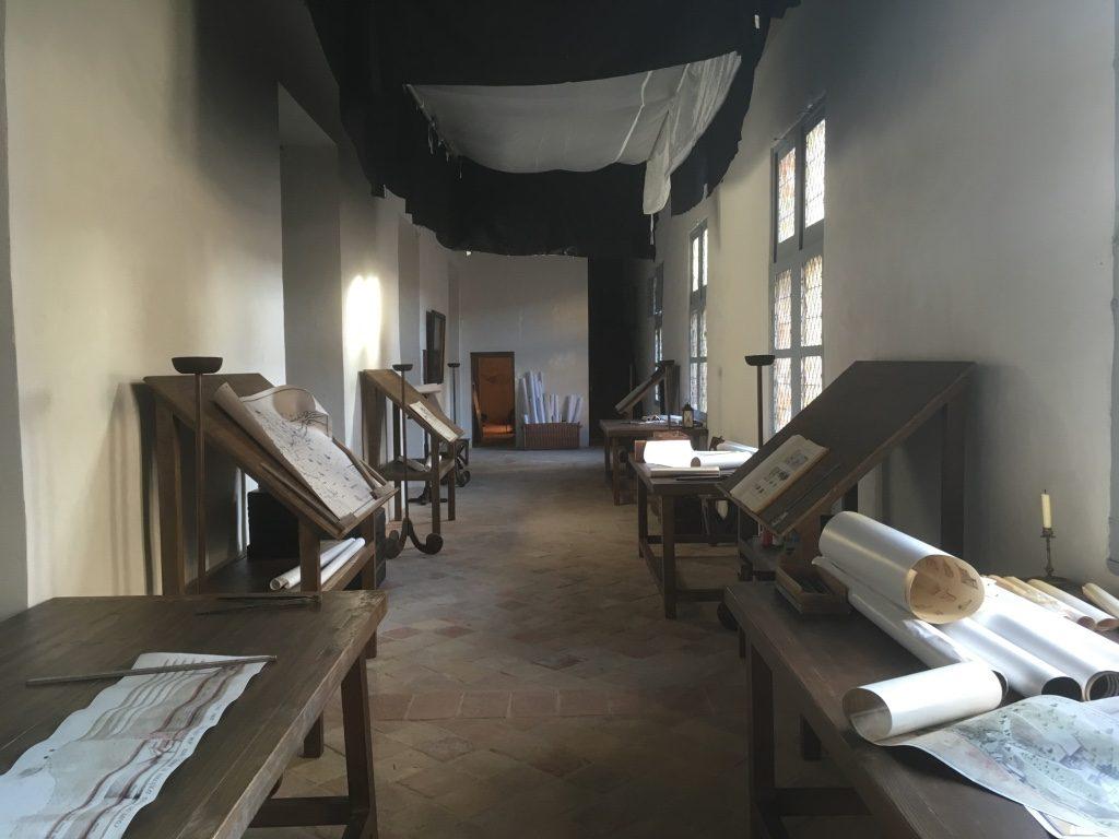 Reconstitution de la salle des cartographes avec patine en trompe-l'œil des meubles en planche de pin. Les cartes sont des reproductions des originaux du musée du canal à Toulouse