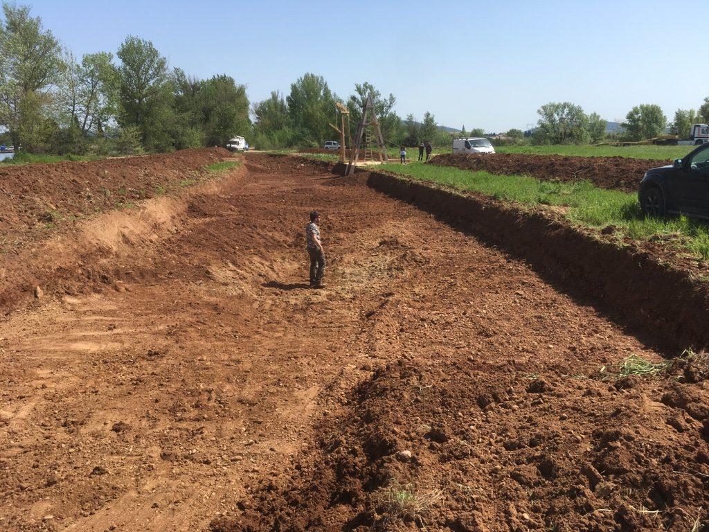 Excavation d'une tranchée pour figurer le chantier du canal